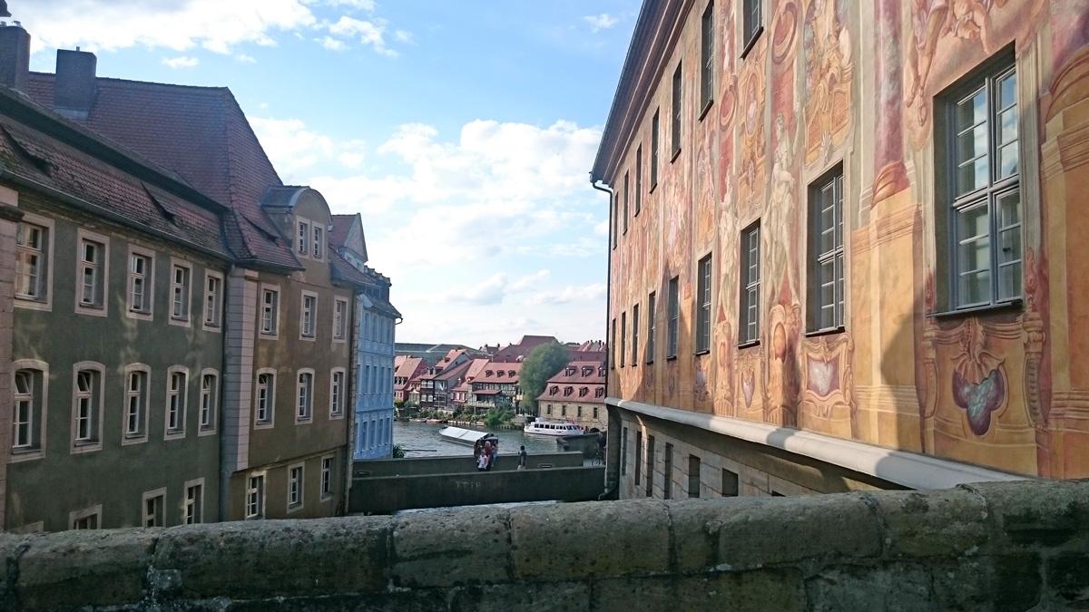 Blöck von Der Brücke auf die Regnitz