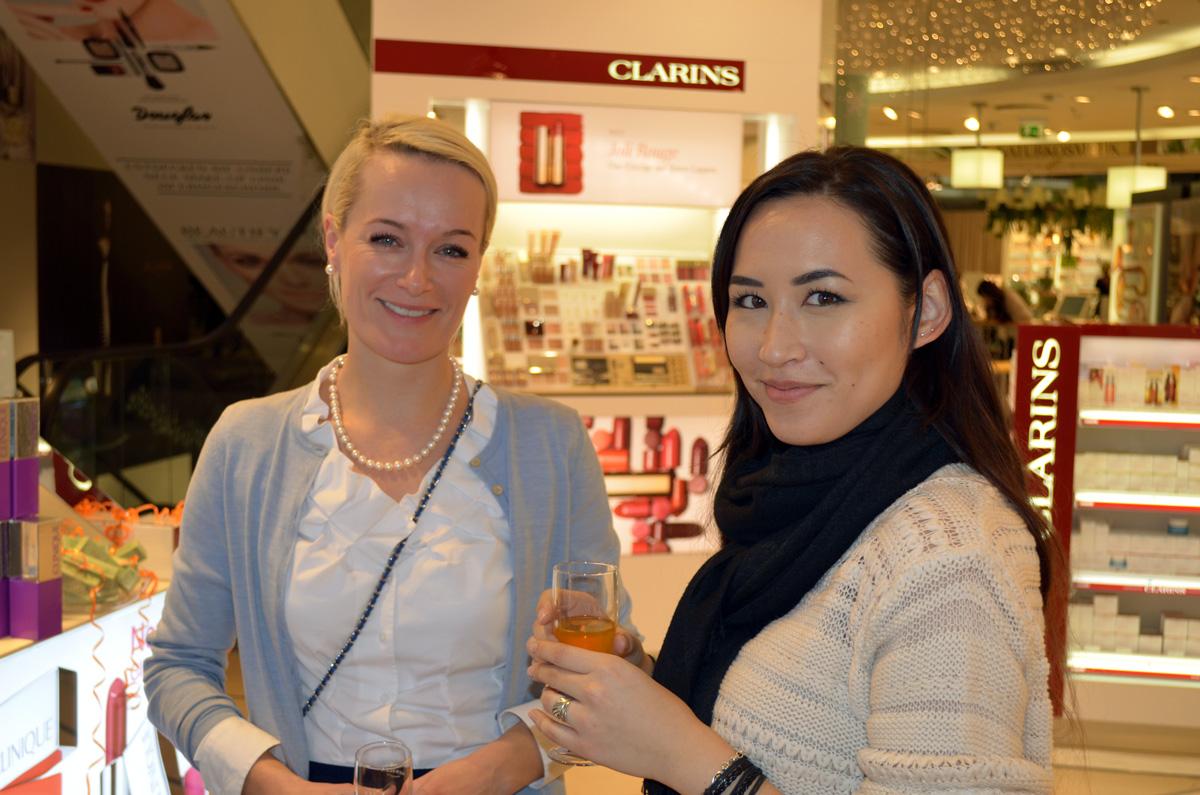 Zwei Teilnehmerinnen des Stylepeacock Clinique Events im Gespräch