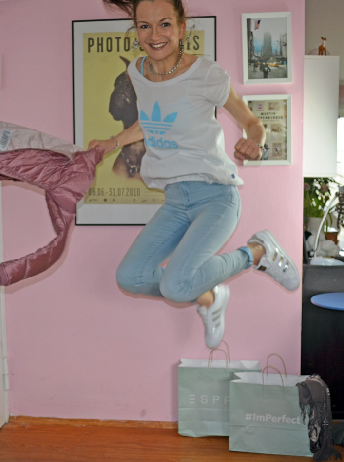 Frühlingsoutfit mit Esprit Bomberjacke & adidas Superstars