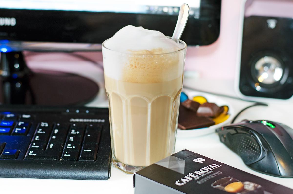 Pause am Vormittag mit Latte Macciato und Schokolade