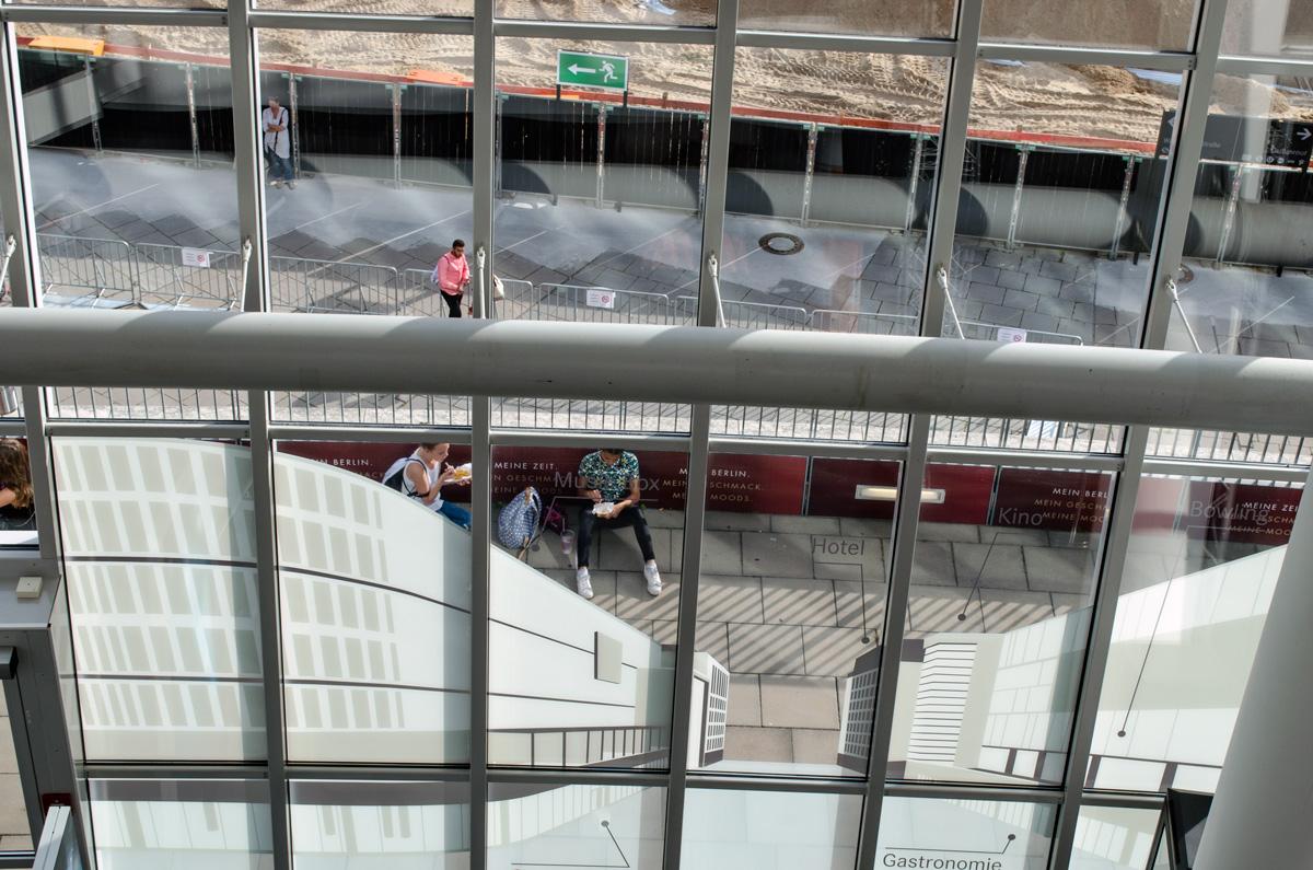 Blick von oben in der Mercedes-Benz-Arena auf die Dachterassen
