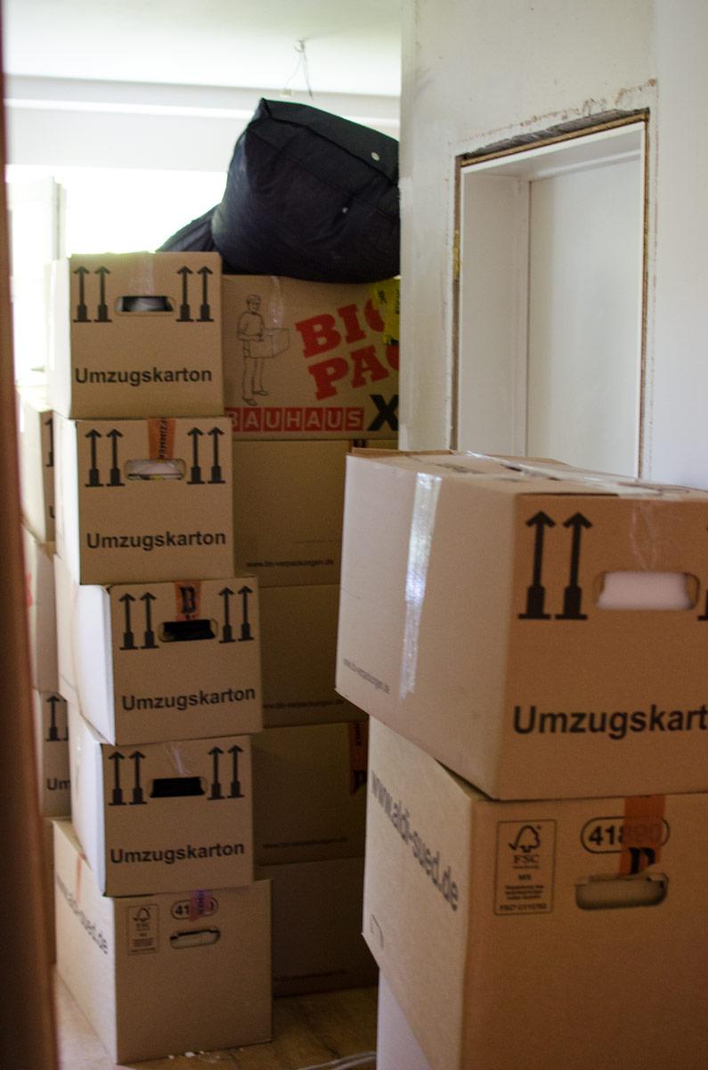 | Rohbau statt Traum-Maisonette in Potsdam | Das Umzugschaos | Umzugskartons überall