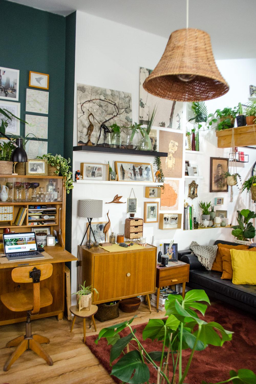 Boho Home mit Vintage-Fundestücken, viel Gold und Pflanzen [unbezahlter werbung]]